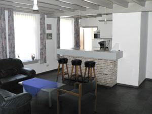 De duikse hoef groepsaccommodaties groepsaccomodatie familieweekend vakantiehuis - Kleine keuken met bar ...